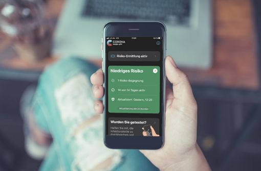 """Die Benachrichtigungen von """"Risiko-Begegnungen"""" der Corona-Warn-App steigen. Dadurch wird eine Begegnung zur Risiko-Begegnung."""