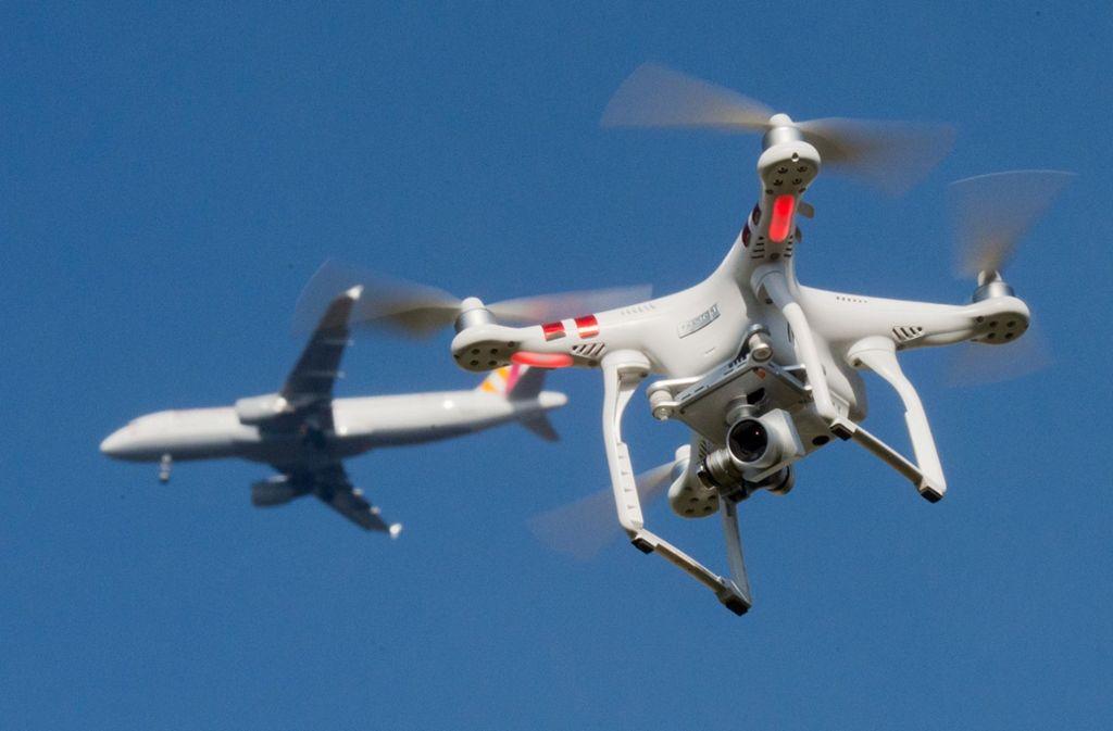 Seit Oktober 2017 gelten verschärfte Regeln für den Drohnenflug, über Flughäfen sowie im An- und Abflugbereich ist er laut Verordnung verboten. Foto: dpa