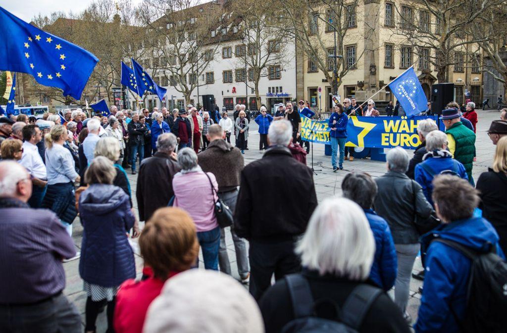 Blaue Fahnen wehen auf dem Schlossplatz für Europa. Foto: Lichtgut/Christoph Schmidt