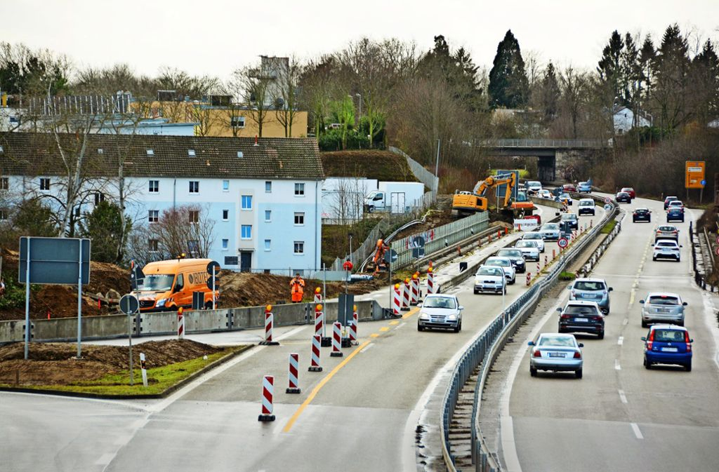 32 Monate sind für  den Neubau der Gumpenbachbrücke, die  aus zwei Brückenteilen besteht, veranschlagt. Der Verkehr kann während dieser Zeit weiter rollen, allerdings mit Einschränkungen. Foto: Katharina Sauter