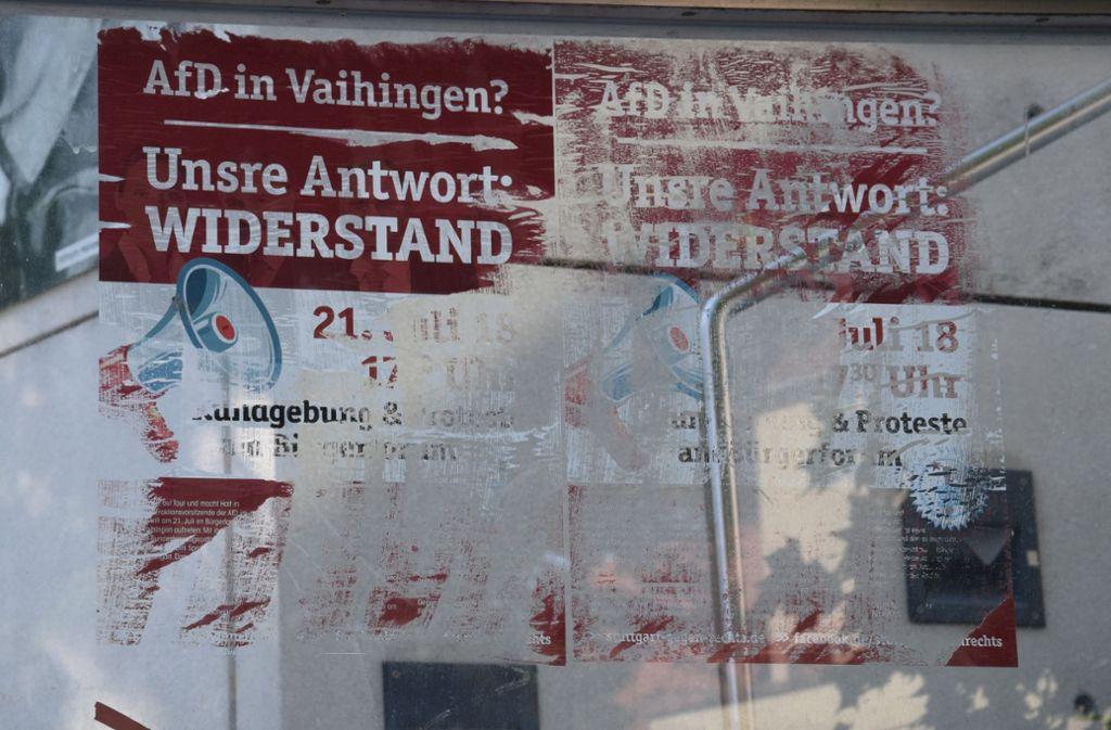 Die Plakate wurden mit Kleister auf die Glasfläche am Aufgang zum Bürgerforum geklebt und lassen sich nicht ohne Weiteres rückstandsfrei entfernen. Foto: Alexandra Kratz