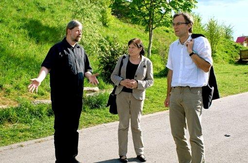 Peter Kungl (links) zeigte Roswitha Blind und dem Verwaltungsbürgermeister Werner Wölfle, wo die Straßenmalaktion stattfinden soll. Foto: Marie Hertfelder