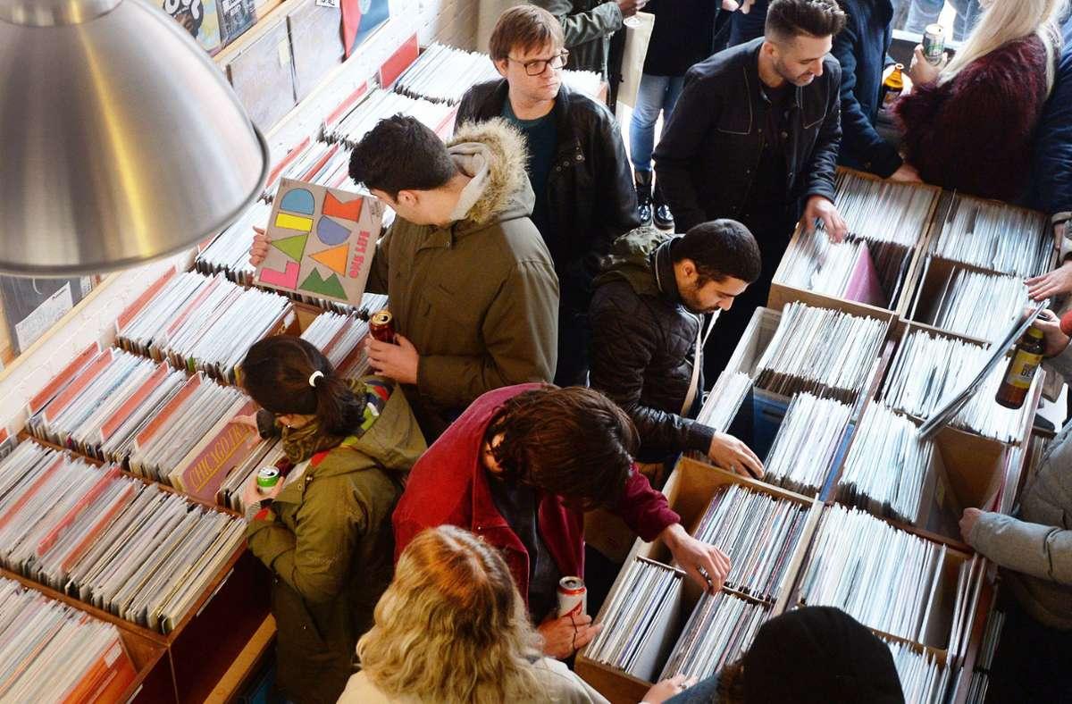 Vinyl-Schallplatten – hier in einem Plattenladen in London –  liegen wieder im Trend, aber immer mehr  Musikhörer legen keinen Wert mehr darauf, Musik zu besitzen. Foto: dpa/John Stillwell
