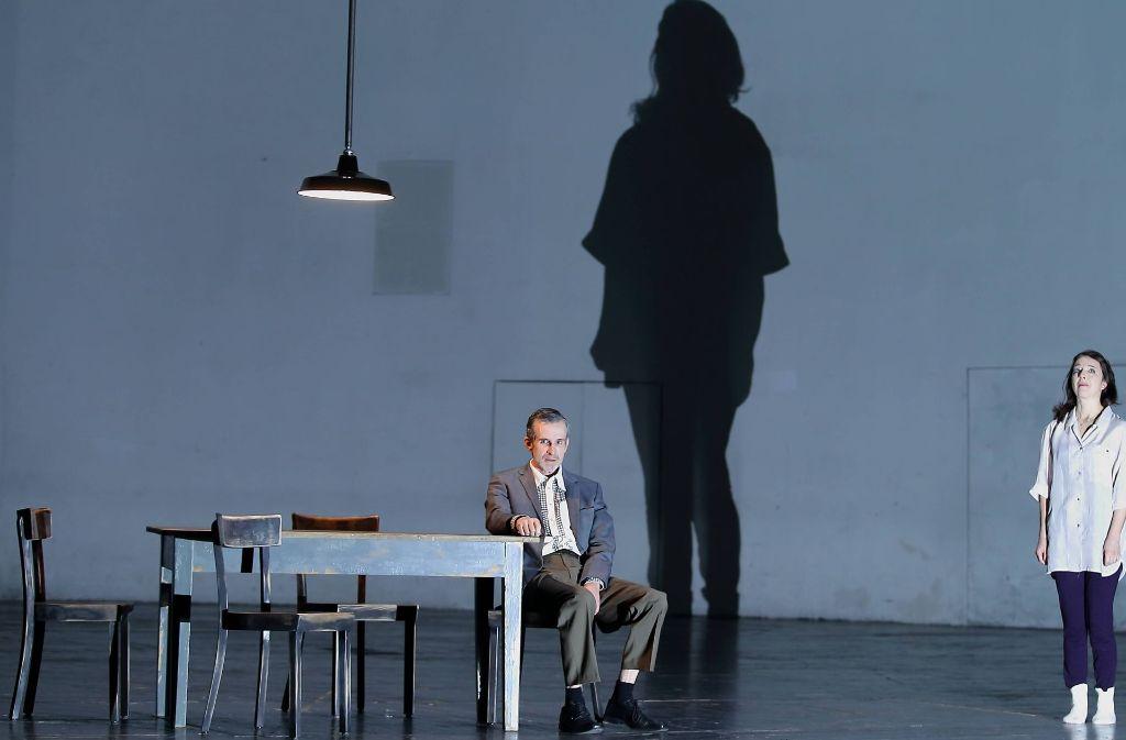 """Ulrich Matthes und Olivia Grigolli in """"Tod eines Handlungsreisenden"""" in Berlin Foto: imago"""