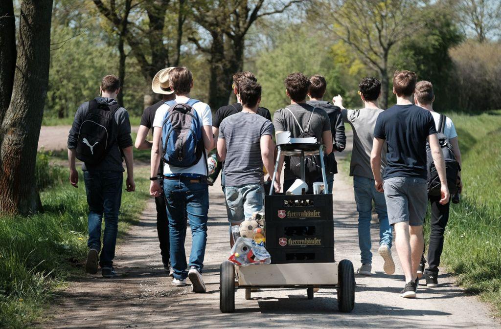 Nicht überall wird der Vatertag von jungen Männern mit Bier und Bollerwagen gefeiert. Foto: dpa