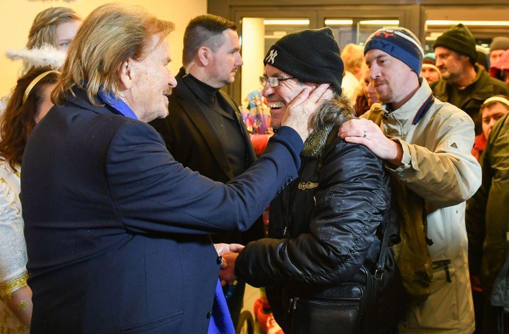 Die Aktion von Frank Zander (links) kommt bei seinen Gästen offensichtlich gut an. Foto: dpa