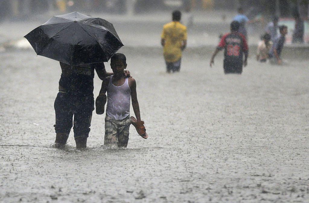 Monsun in Mumbai – dagegen hilft wirklich nur noch Plastik. Foto: AP