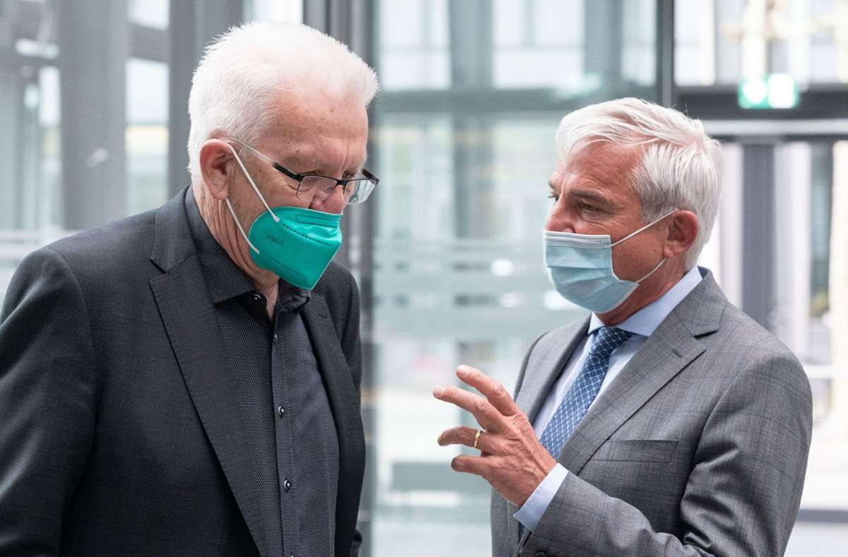 Ministerpräsident Winfried Kretschmann (Bündnis 90/Die Grünen, l.) und Innenminister Thomas Strobl (CDU). (Archivbild) Foto: dpa/Marijan Murat