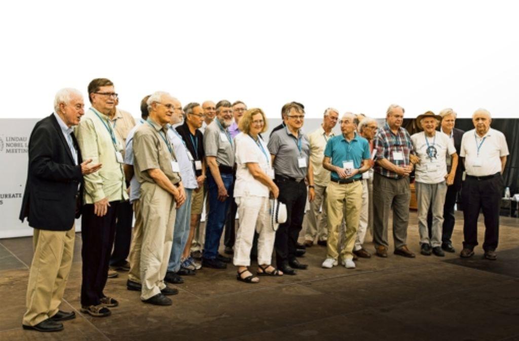 Die Resolution zum Klimawandel trägt die Unterschriften von 36 Nobelpreisträgern. Einige von ihnen waren schon abgereist, als dieses Gruppenfoto bei einem Ausflug auf der Insel Mainau entstand. In einer Bildergalerie zeigen wir einige der Initiatoren der Resolution zum Klimawandel. Foto: Christian Flemming/Lindau Nobel Laureate Meetings