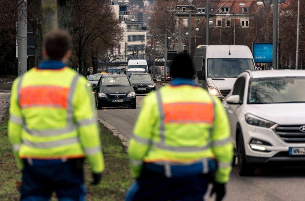 Die Polizei schaut bei Verkehrskontrollen den Fahrern genau auf die Finger. Foto: Lichtgut//Max Kovalenko (Symbolbild)