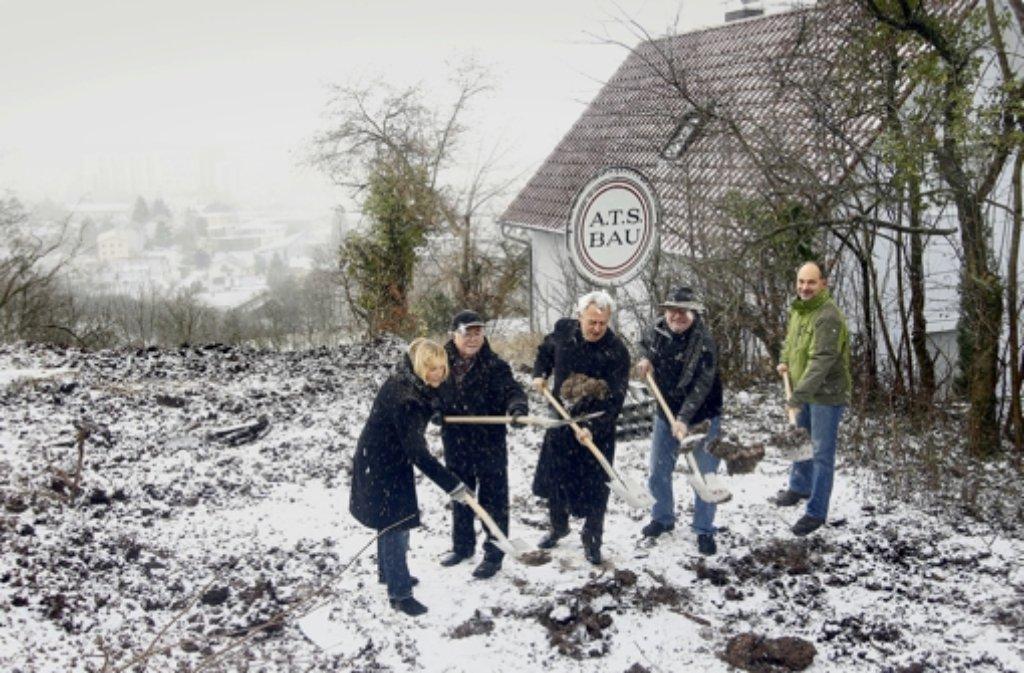 """Im Schneetreiben schwingen Gemeinderäte, Oberbürgermeister und der Tiefbauamtsleiter den Spaten im Baugebiet """"Krähwinkel"""". Foto: factum/Granville"""