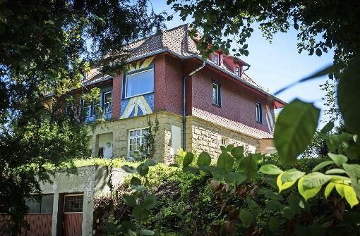 """Außenansicht der Villa Hajek, einer """"einmaligen Farbschachtel"""", wie der Architekt Roland Ostertag sagt.  Foto: Lichtgut/Achim Zweygarth"""