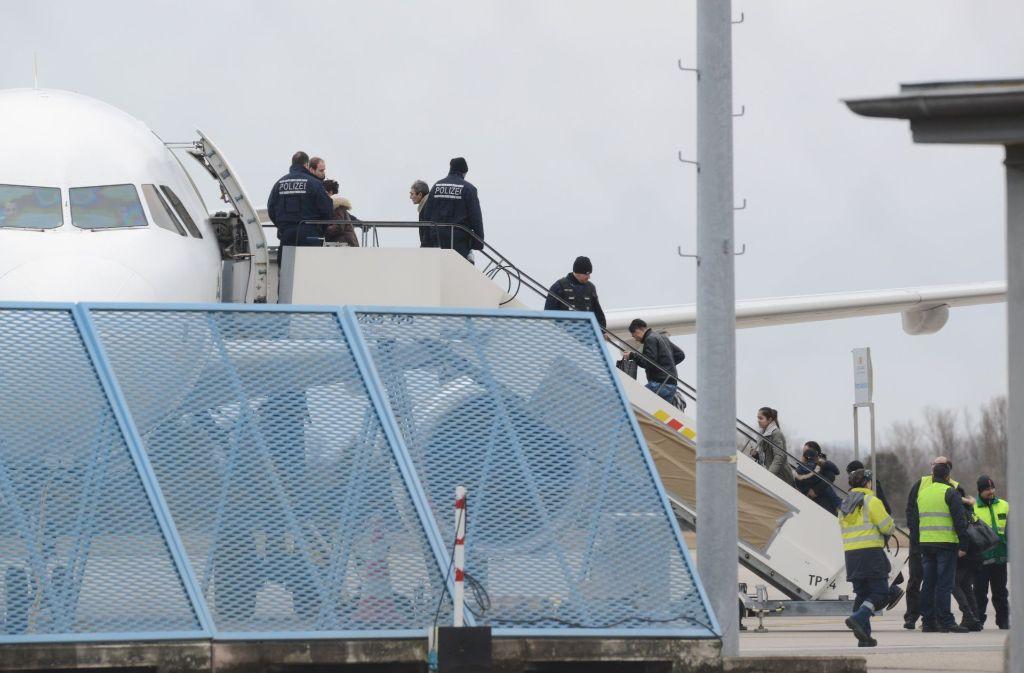 Abgelehnte Asylbewerber steigen bei einer Sammelabschiebung in ein Flugzeug am Baden-Airport in Rheinmünster. Foto: dpa/Symbolbild