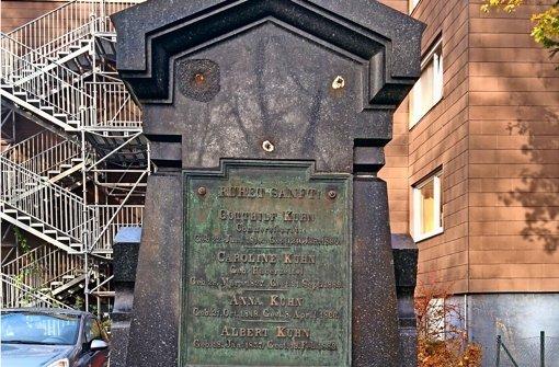 Während der Grabstein des Gründers der Kuhnschen Maschinenfabrik vom Gesangverein gepflegt wird (links oben), verfallen die anderen Grabmale immer weiter. Foto: Jürgen Brand