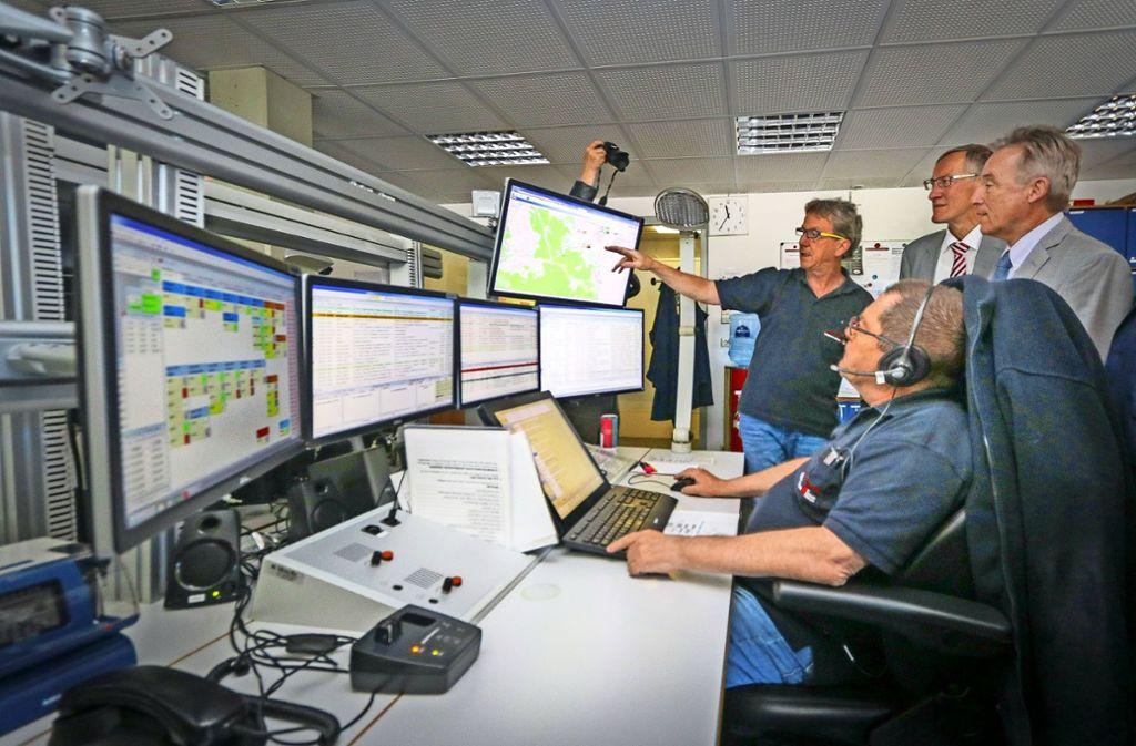 Die Landräte Rainer Haas und Roland Bernhard lassen sich von Andreas Leutwein (hinten von rechts), dem Leiter der Integrierten Leitstelle in Böblingen, die  Technik und die Arbeit  in der Einsatzzentrale erklären. Foto: factum/Granville