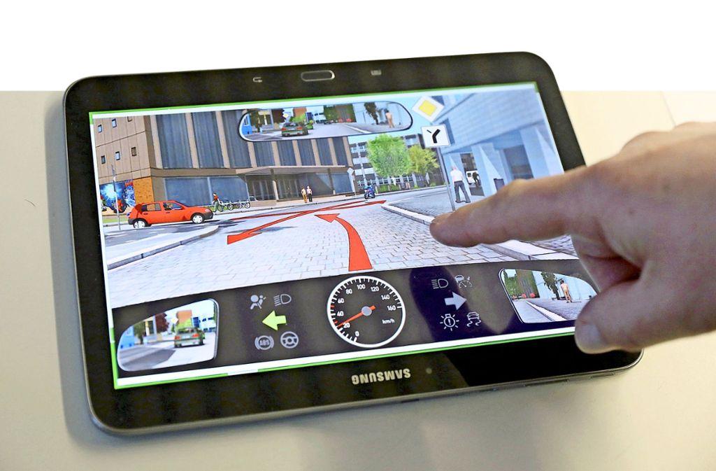 Theoretische Führerscheinprüfungen laufen am Bildschirm ab. Betrüger nutzen das für ihre Zwecke. Foto: dpa/Bernd Wüstneck