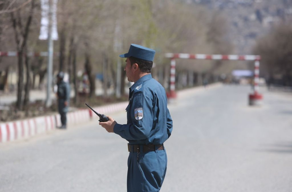 In der afghanischen Hauptstadt Kabul hat es einen Anschlag gegeben – ein Polizist bewacht die Straße. Foto: AP