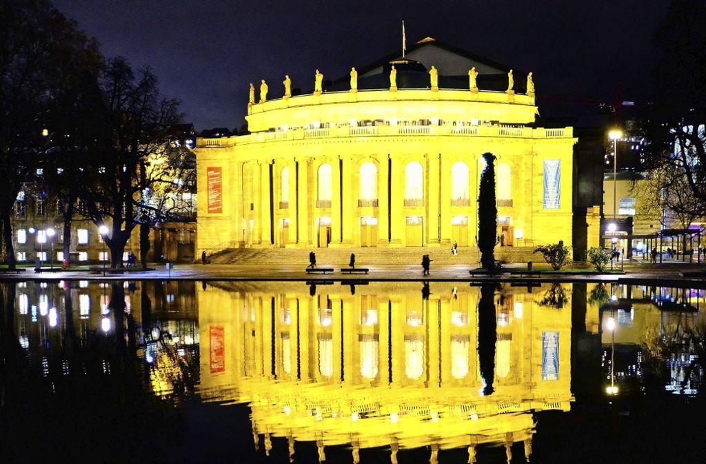 Die Oper spiegelt sich bei Nacht im Eckensee – die AfD will durchleuchten, wie viele Migranten hier als Künstler beschäftigt sind. Foto: dpa