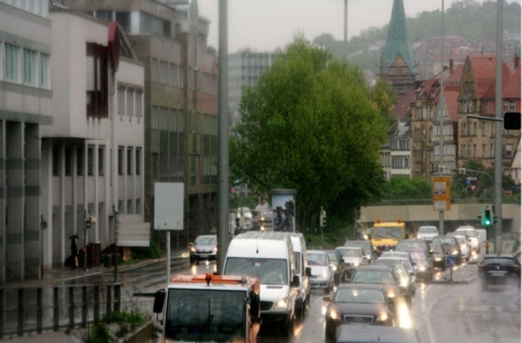 Im E-Mobil am Stau vorbei? Eine Studie soll die Machbarkeit eines separaten Fahrstreifens für abgasarme Fahrzeuge überprüfen. Foto: Achim Zweygarth