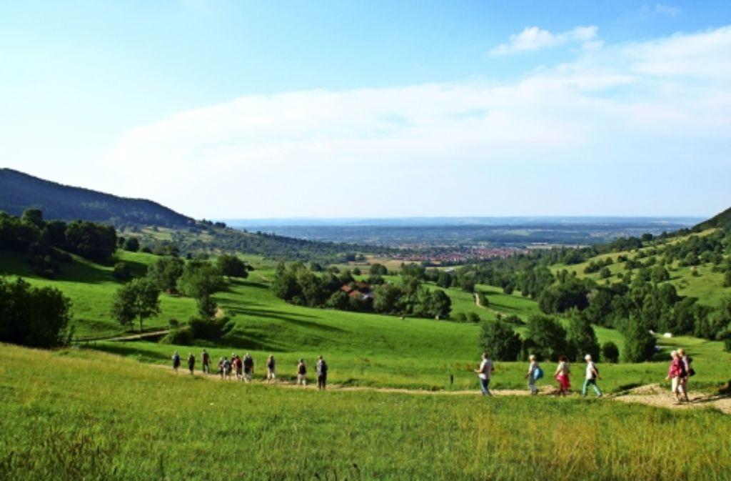 """Wanderung am Albtrauf: die Gästeführerinnen der """"Schwäbischen Landpartie"""" wissen, wo es am Schönsten im Schwobaländle ist. Foto: Schwäbische Landpartie"""