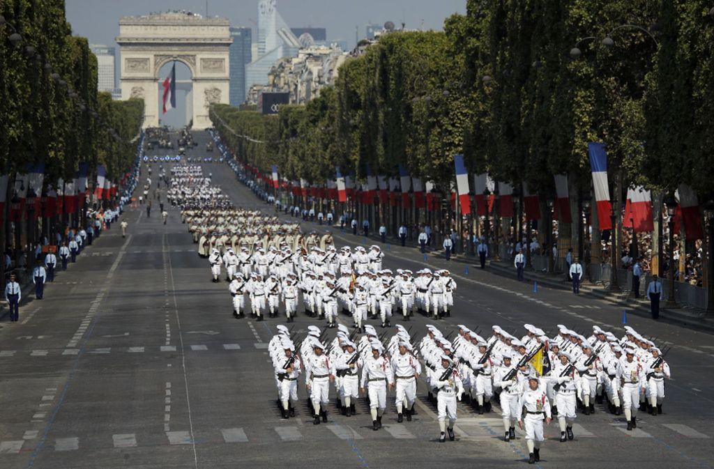 Frankreich feiert ihren Nationalfeiertag. In Paris mit einer großen Militärparade. Foto: AP