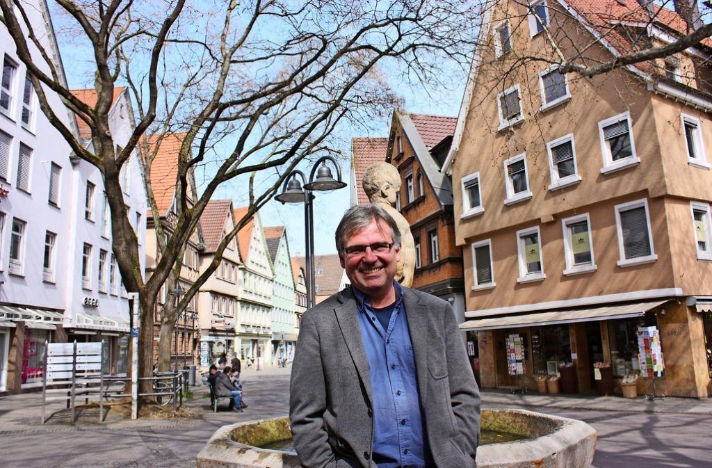 Der Cannstatter Bezirksvorsteher Bernd-Marcel Löffler mag die Atmosphäre auf   der Marktstraße. Foto: Annina Baur