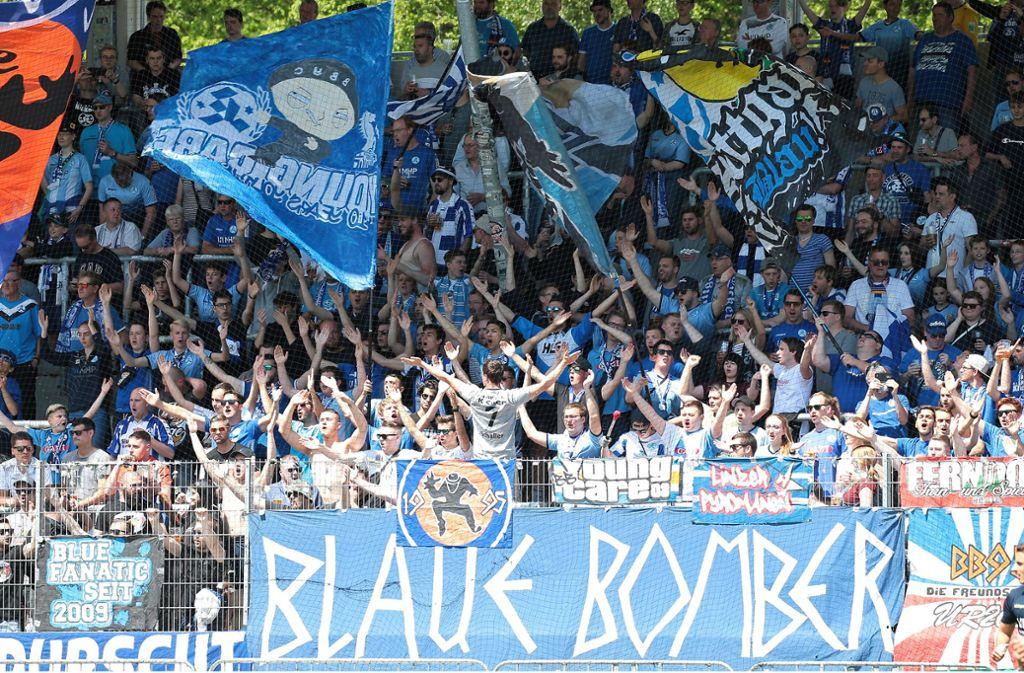 Ob die Fans der Blauen auch in der Relegation etwas zu feiern haben werden? Foto: Baumann
