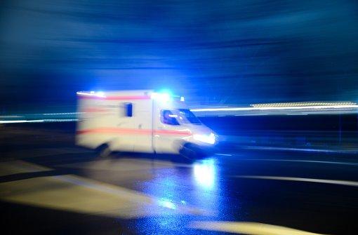 Mann zwischen Lkw und Gabelstapler erdrückt