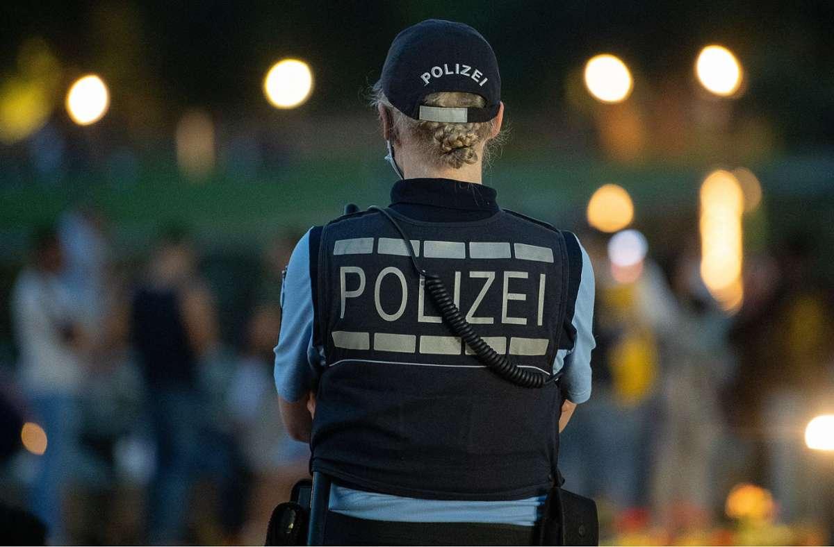 Zahlreiche Einsatzkräfte waren am Samstagabend in der Innenstadt im Einsatz (Archivbild). Foto: dpa/Sebastian Gollnow