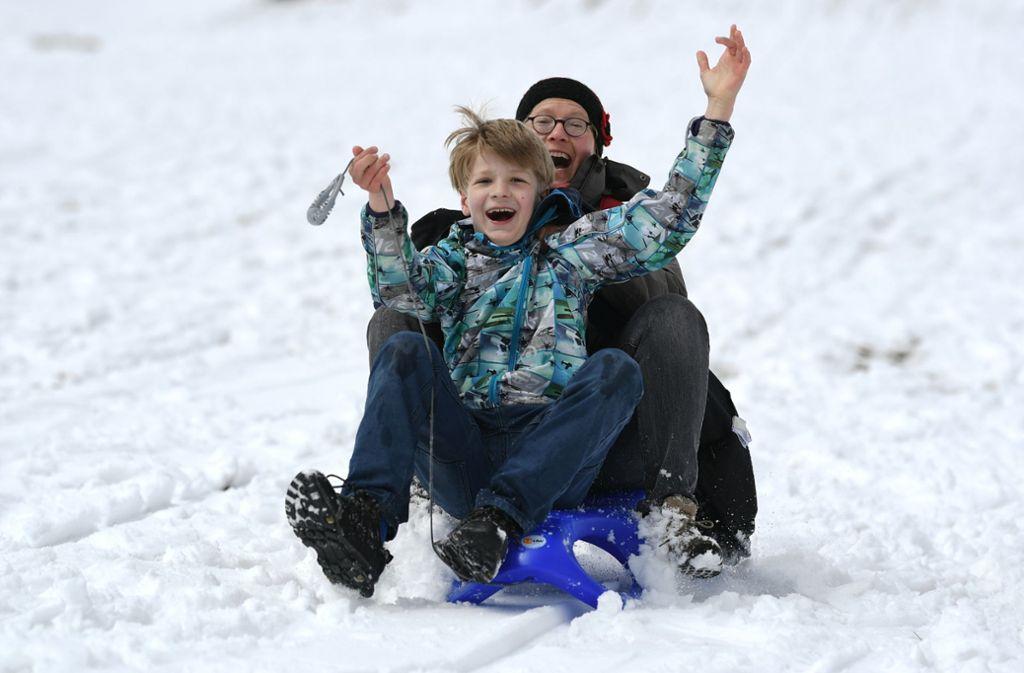 Auf dem Feldberg kann man dank des Wintereinbruchs wieder Schlitten fahren. Foto: dpa