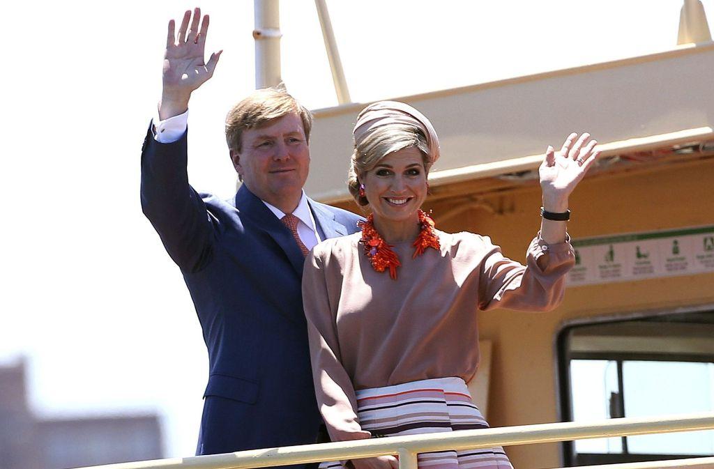 Königin Máxima und König Willem-Alexander winken vom Deck einer Fähre auf dem Weg zu Rabobank – einem Finanzpartner der Lebensmittel- und Agrarindustrie – in Sydney. Foto: dpa
