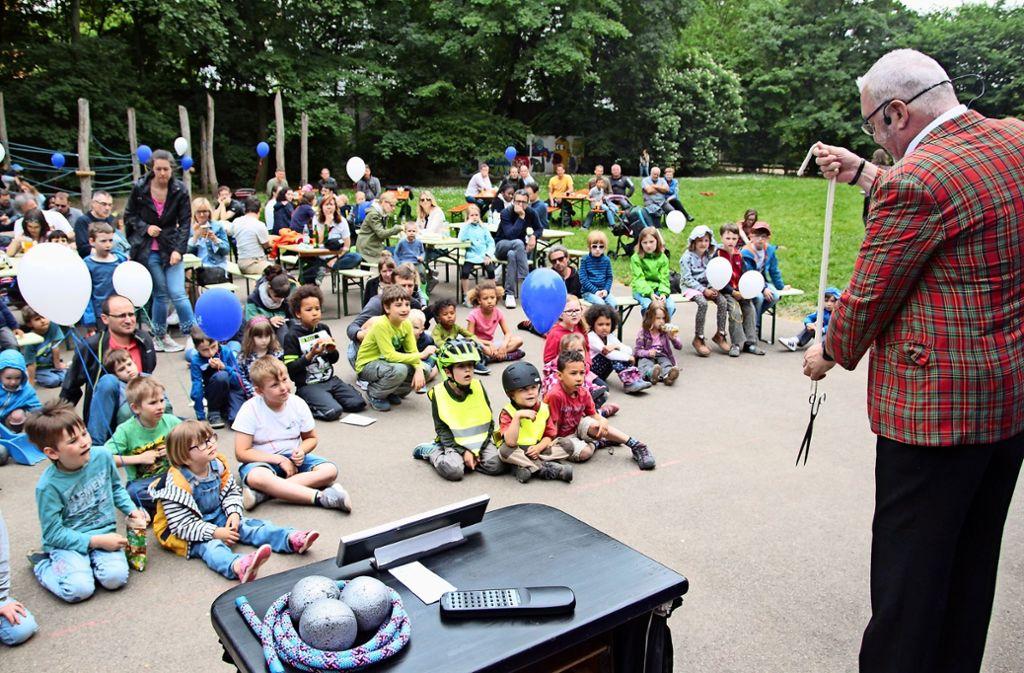Der Zauberer Werner Wurst zeigte magische Kunststücke beim Spielhaus. Foto: Ralf Recklies