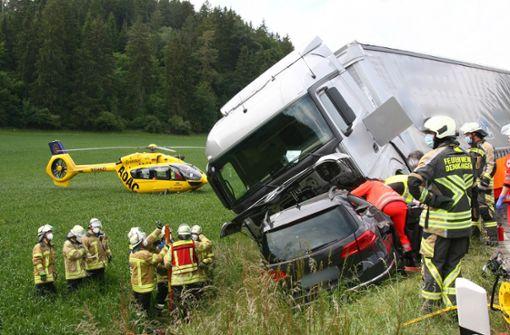 Auto kollidiert mit Laster – Mutter und drei Jugendliche tot