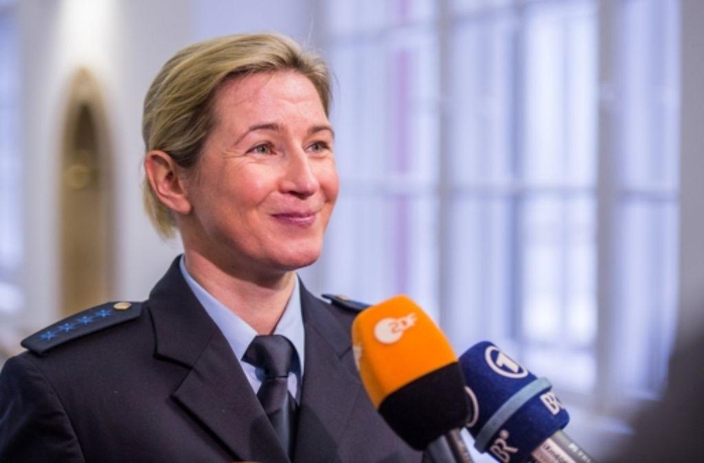 Freude bei Claudia Pechstein: Das Oberlandesgericht München lässt die Klage der Eisschnellläuferin gegen den Eislauf-Weltverband ISU zu. Foto: dpa