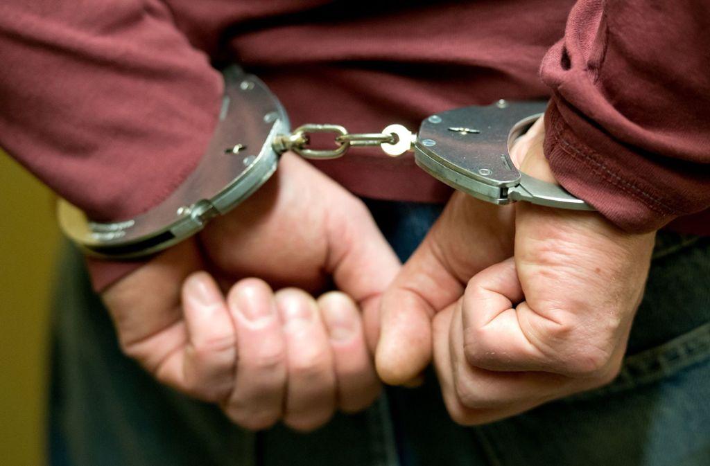 Polizisten nehmen einen mutmaßlichen Drogendealer in Stuttgart fest (Symbolbild). Foto: dpa