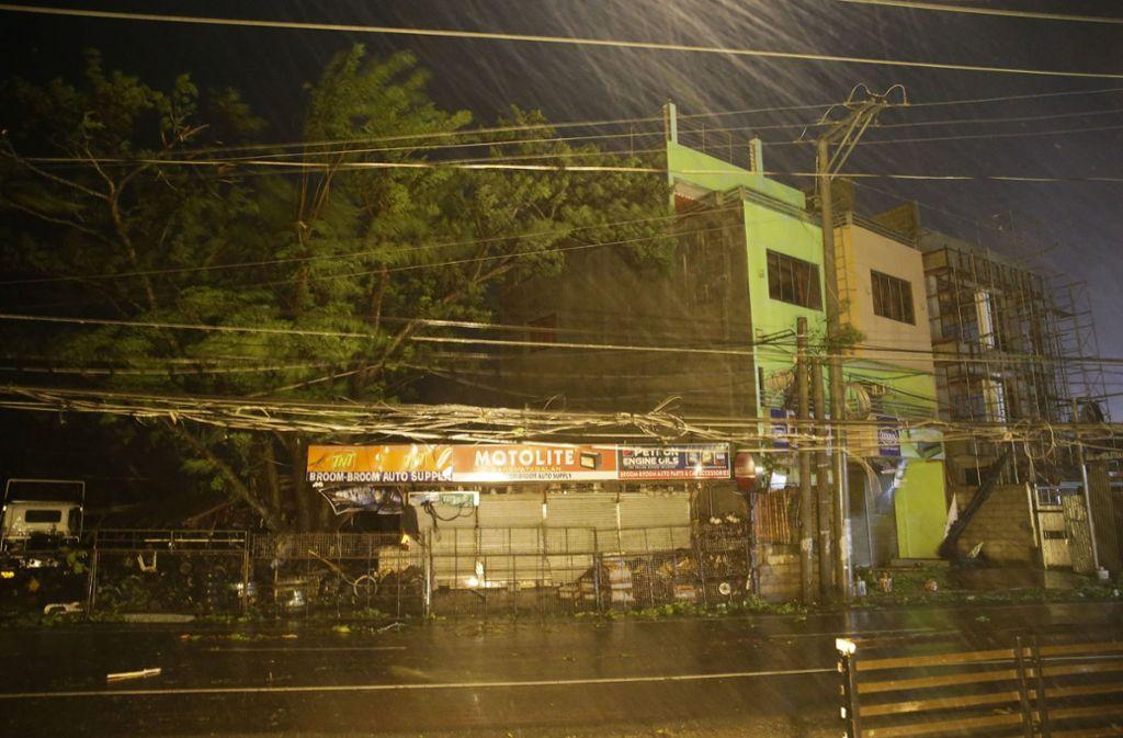 """Der Taifun """"Magkhut"""" trifft auf Land. Bereits die Vorboten haben schwere Schäden angerichtet. Foto: AP"""