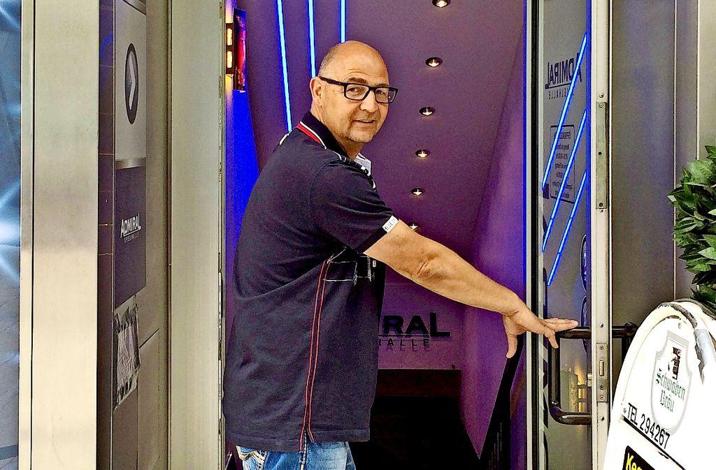 Volker Brümmer vor einer Spielhalle Foto: dpa