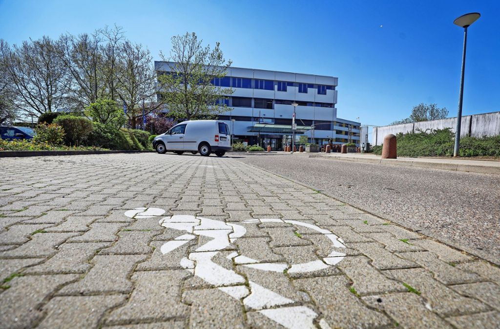 Der Parkplatz vor dem Leonberger Krankenhaus dürfte bald wieder voller werden. Foto: factum/Simon Granville