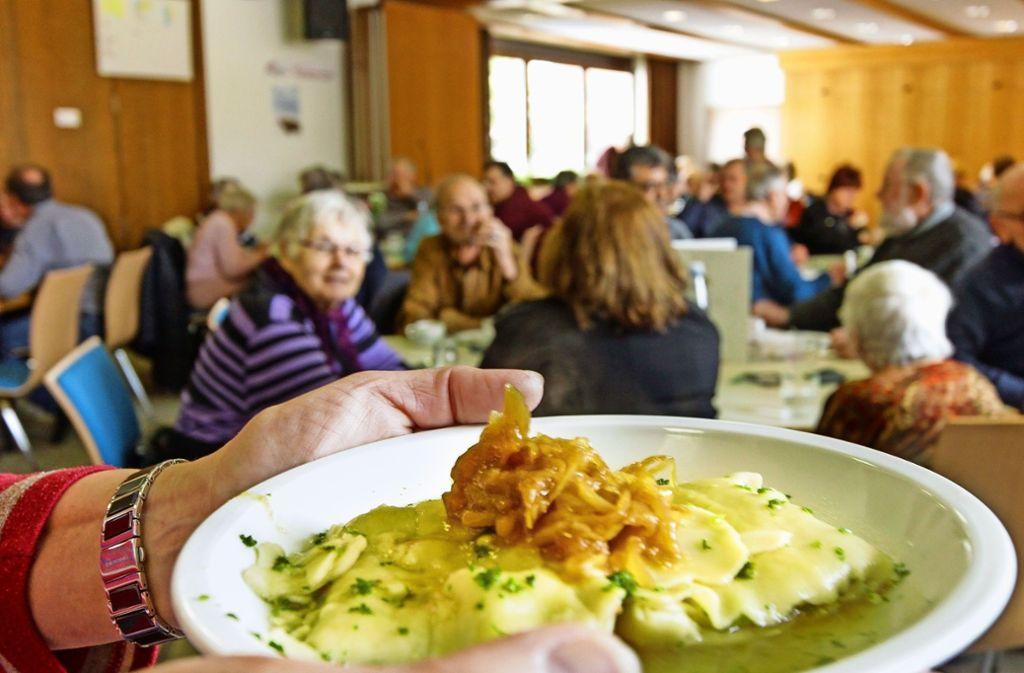 Zum Abschluss bekommen die Gäste der Vesperkirche in der Paulskirche  einen schwäbischen Klassiker serviert. Foto: factum/Bach
