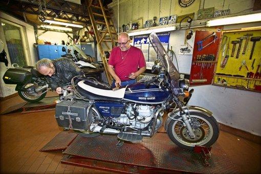 Achim Hierl (links) schraubt in der Wampe-Werkstatt an seinem Moped.  Thomas Maier gibt seinem Kumpel Tipps. Foto: Horst Rudel