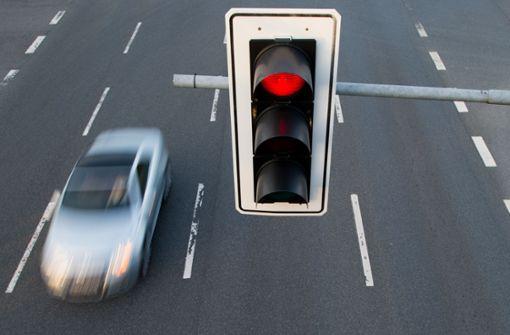 Rot übersehen –  Lkw kollidiert mit Smart