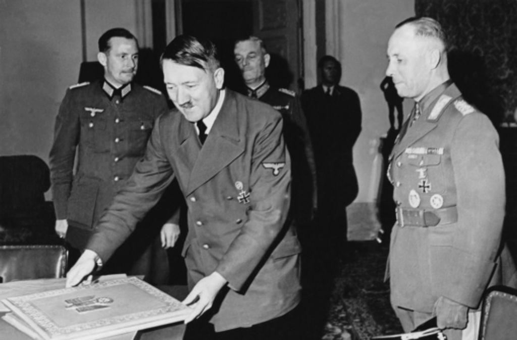 Adolf Hitler überreicht Erwin Rommel (rechts) die Ernennung zum Generalfeldmarschall. Das war im Oktober 1942. Später wandte sich Rommel von Hitler ab. In unserer Fotostrecke erfahren Sie mehr über das Leben von Erwin Rommel Foto: akg-images