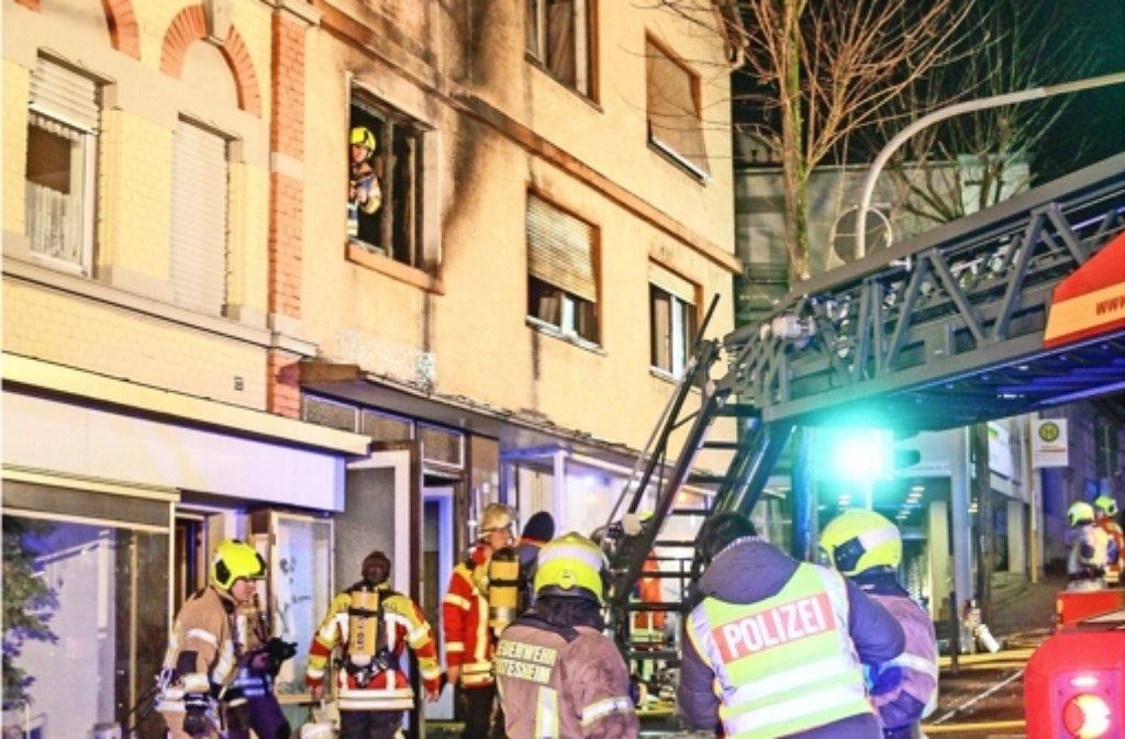 Nachdem die Feuerwehr  den Brand  gelöscht hat, ermitteln die Polizisten. Foto: factum/Bach