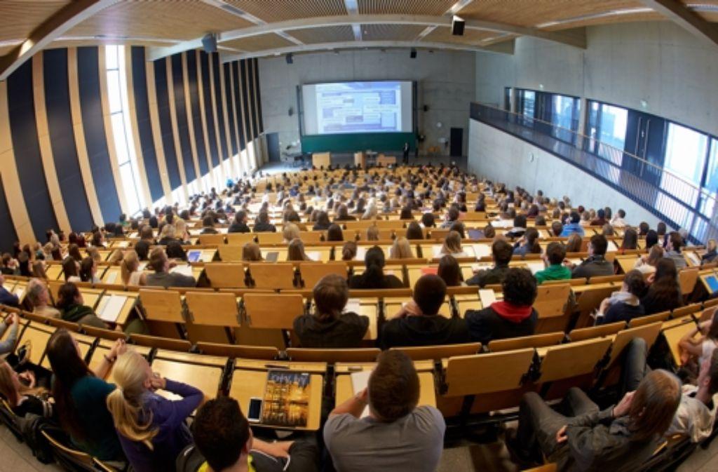 Studenten in einem Hörsaal. Dem neuen OECD-Bildungsbericht zufolge verdienen Akademiker in Deutschland im Schnitt 74 Prozent mehr als Facharbeiter.  Foto: dpa
