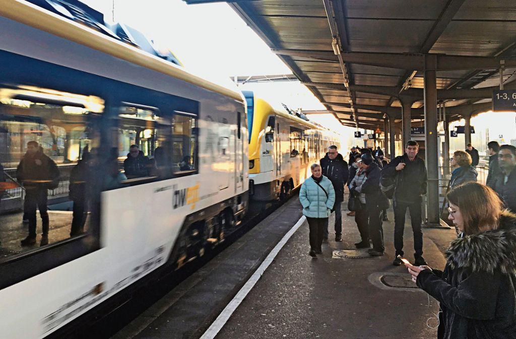 In den Stoßzeiten kann es auf der Filstalbahn durchaus mal vorkommen, dass ein Nahverkehrszug, anders als geplant, in einem Bahnhof nicht anhält. Foto: Pflüger