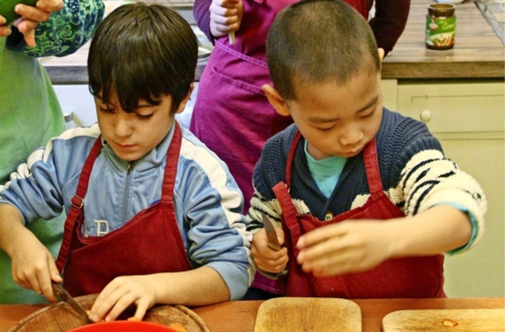 Die Stiftung will die Chancen von benachteiligten Kindern nachhaltig verbessern und ihnen die Teilnahme an Kursen und Aktivitäten ermöglichen – auch an Kochkursen. Foto: Caritas