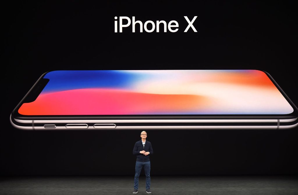 Der Rummel um die Vorstellung neuer Apple-Produkte hat fast schon rituelle Züge. Hier präsentiert Konzernchef Tim Cook das neueste iPhone. Foto: AFP