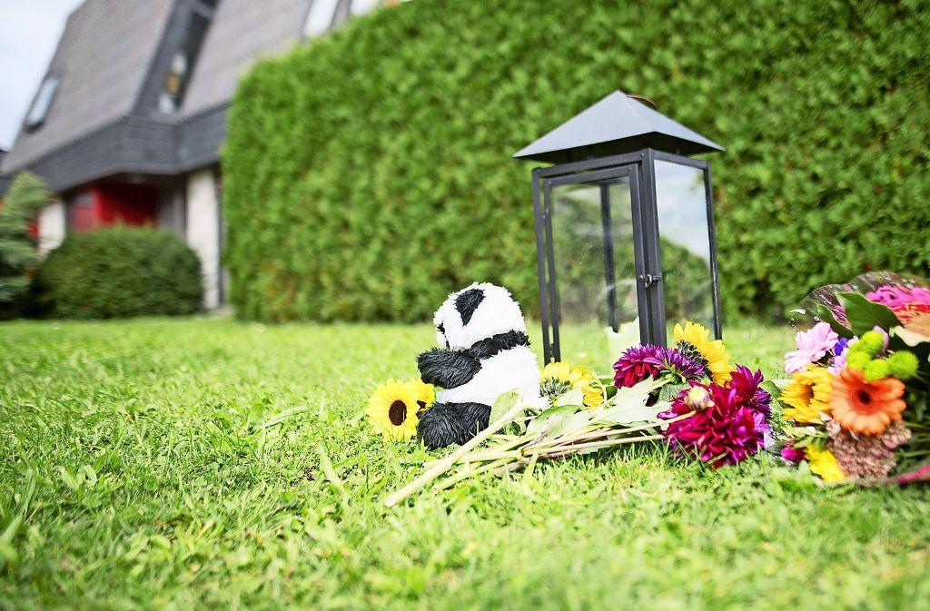 Nach dem Familiendrama mit drei Toten in Villingendorf  liegen Windlicht, Kuscheltier und Blumen vor dem Tatort. Foto: dpa