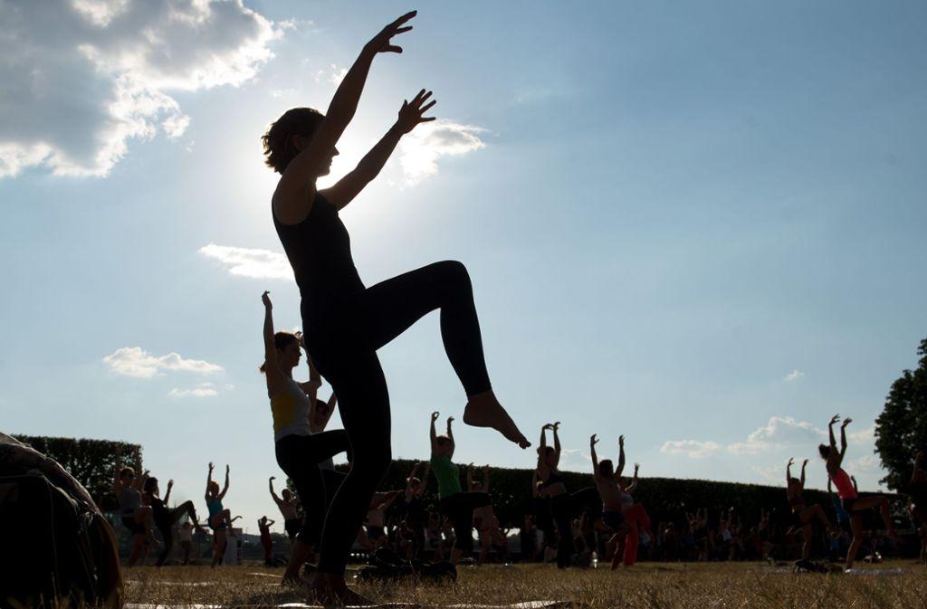 Viele Menschen üben inzwischen Yoga – an allen möglichen Orten. Foto: dpa