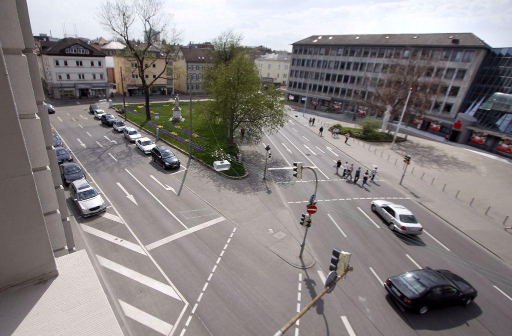 Der Schillerplatz in Ludwigsburg soll verkehrsberuhigt werden. Die KSK plant nun unter ihren Gebäuden (rechts im Bild) eine zusätzliche Tiefgarage. Foto: factum/Archiv